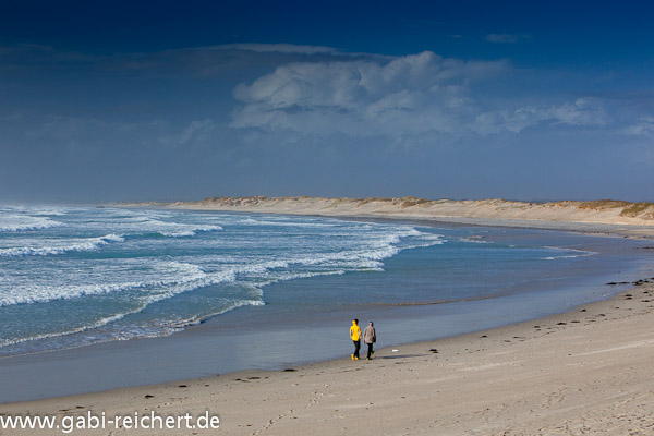 Amy und Noah am einsamen Strand
