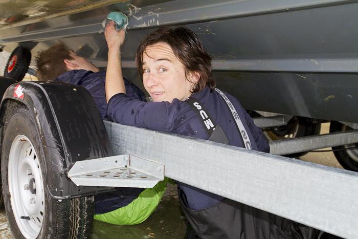 Heike ist es auch gewohnt unter dem Boot zu liegen