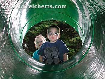 Noah und Amy auf der Rutsche