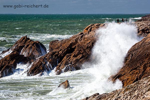 Sturm an der Cote sauvage, beachtet die Menschen an der rechten oberen Ecke des Bildes. So groß waren die Wellen!