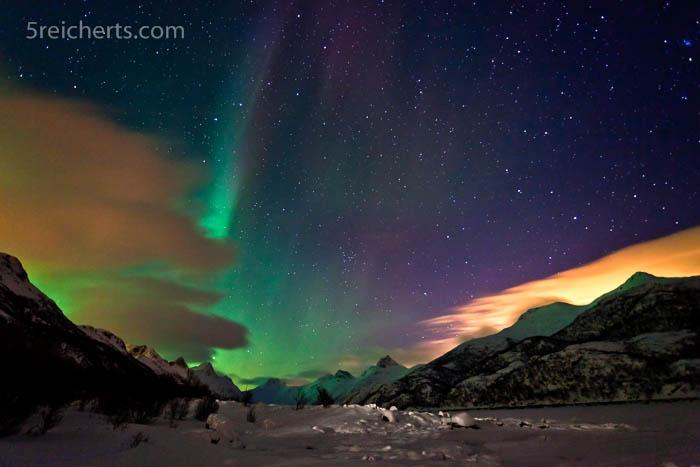 Nordlicht und Mond hinter der Wolke, Lofoten