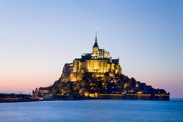 Klosterberge Mont St Michel in der Abenddämmerung, Normandie, Frankreich