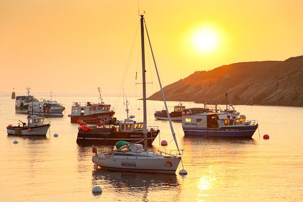 Sonnenuntergang im Hafen von Conquet, Bretagne, Frankreich