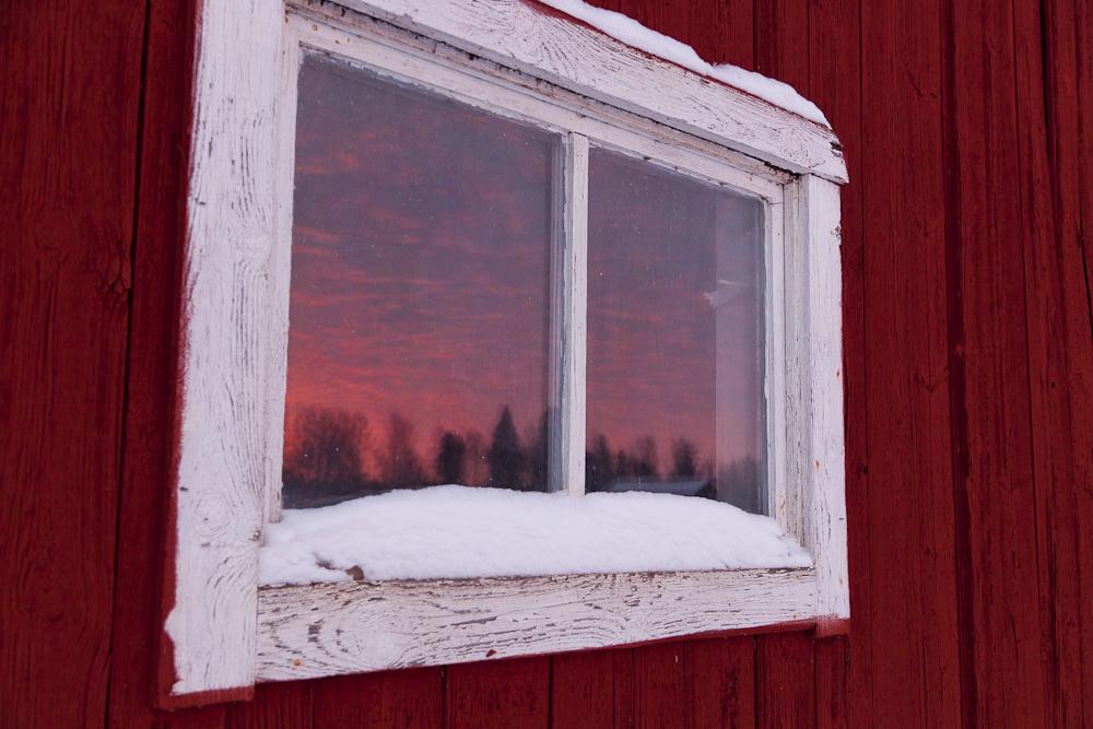 Sonnenuntergang im Scheunenfenster