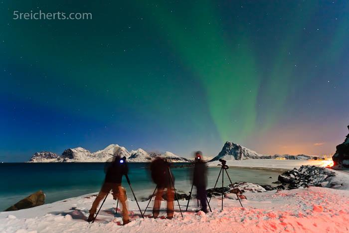 Fotografengruppe und schwaches Nordlicht