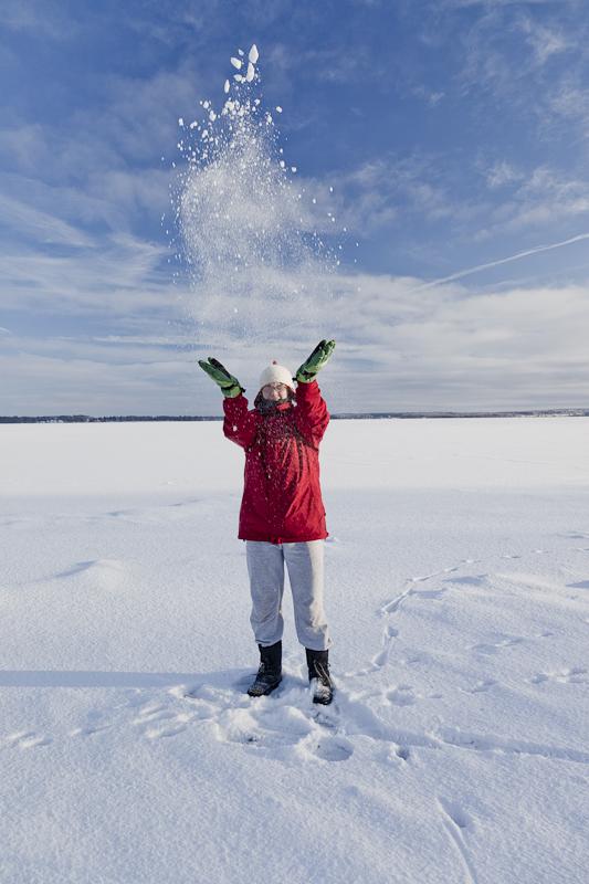 Amy wirft Schnee auf dem gefrorenen See
