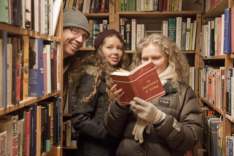 Magnus, Aurora und Maria im Buchladen