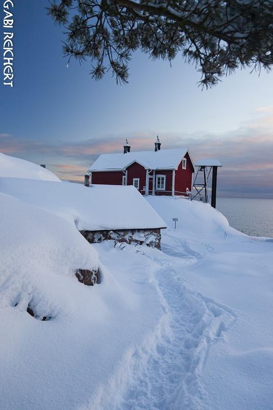 Leuchtturm an der Ostsee im Schnee