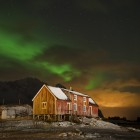 Kurzes Nordlicht in Henningsvaer, Lofoten
