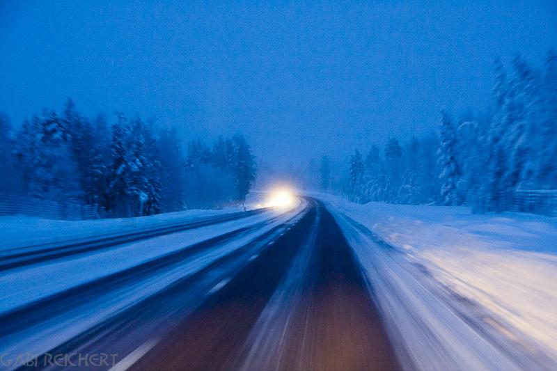 nächtliche Straße in Lappland