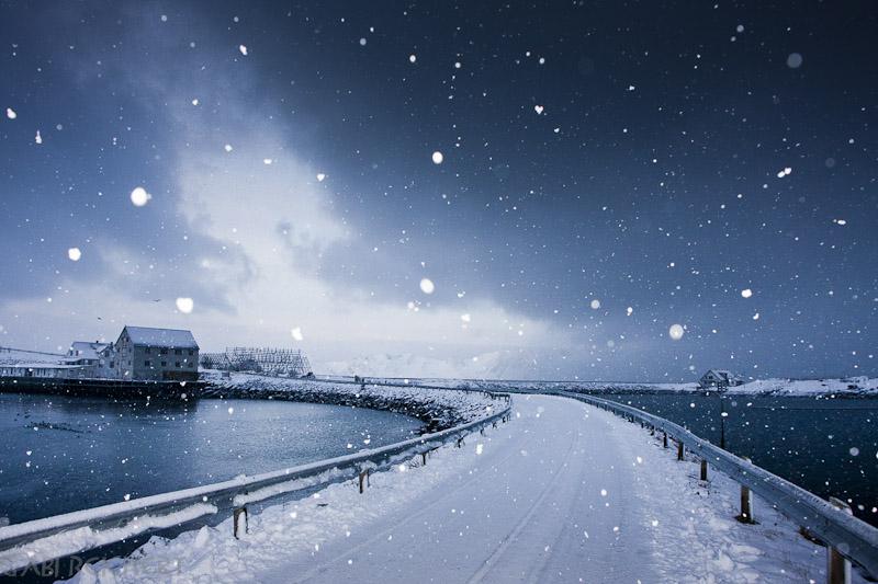 Schneeflocken und Weg nach Henningsvaer