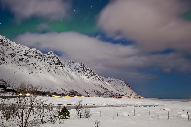 leichtes Nordlicht und Wolken