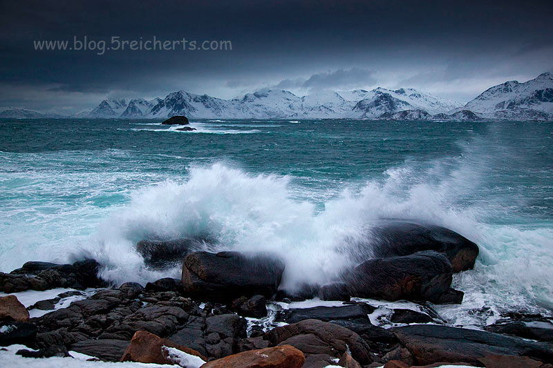 knallende Wellen in Henningsvaer, Lofoten