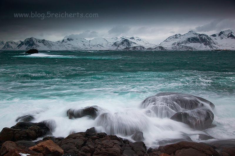 Wasser läuft von den Felsen ab