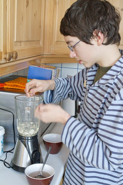 Noah bereitet das Frühstück