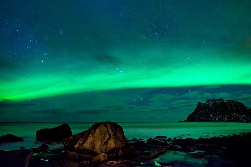 Nordlichtbogen über dem Strand