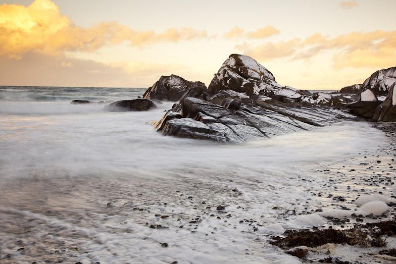 Wellen, Schnee und Felsen
