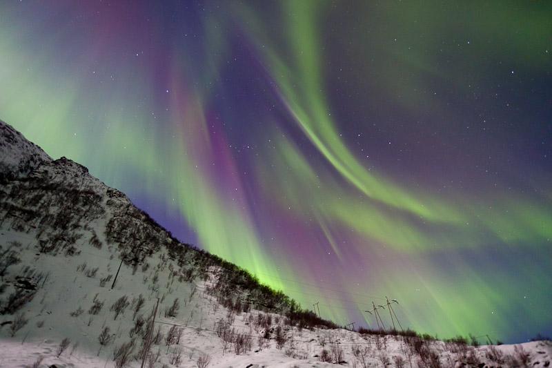 buntes Nordlicht über dem Berg
