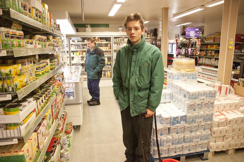Esra und Gunter beim Einkaufen in Henningsvaer