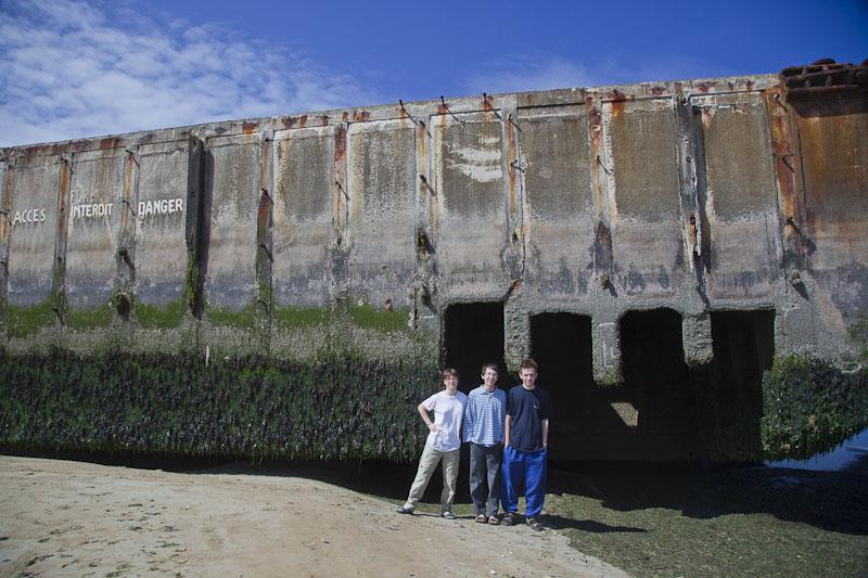 Amy, Noah und Esra vor dem Bunker am Strand, Arromanches