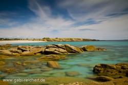 klares Wasser und Felsen