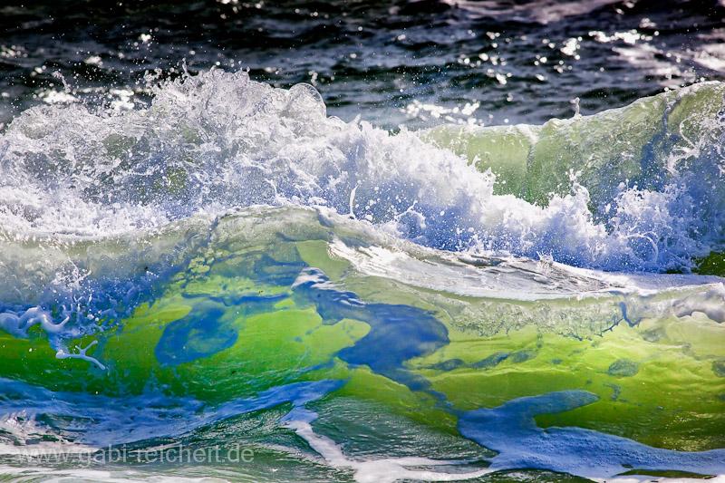 Welle im Gegenlicht - aufgenommen in der Bretagne