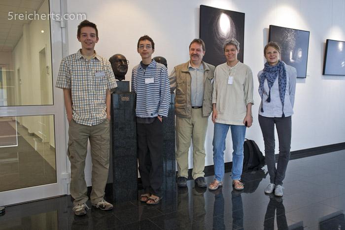 vier der fünf Reicherts zu Besuch in der Firma Schneider Kreuznach