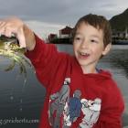 Noah fängt Krabben in Nord Norwegen, läßt sie danach immer wieder frei