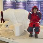 Esra testet Kleidung für die Arktis in Tromsø