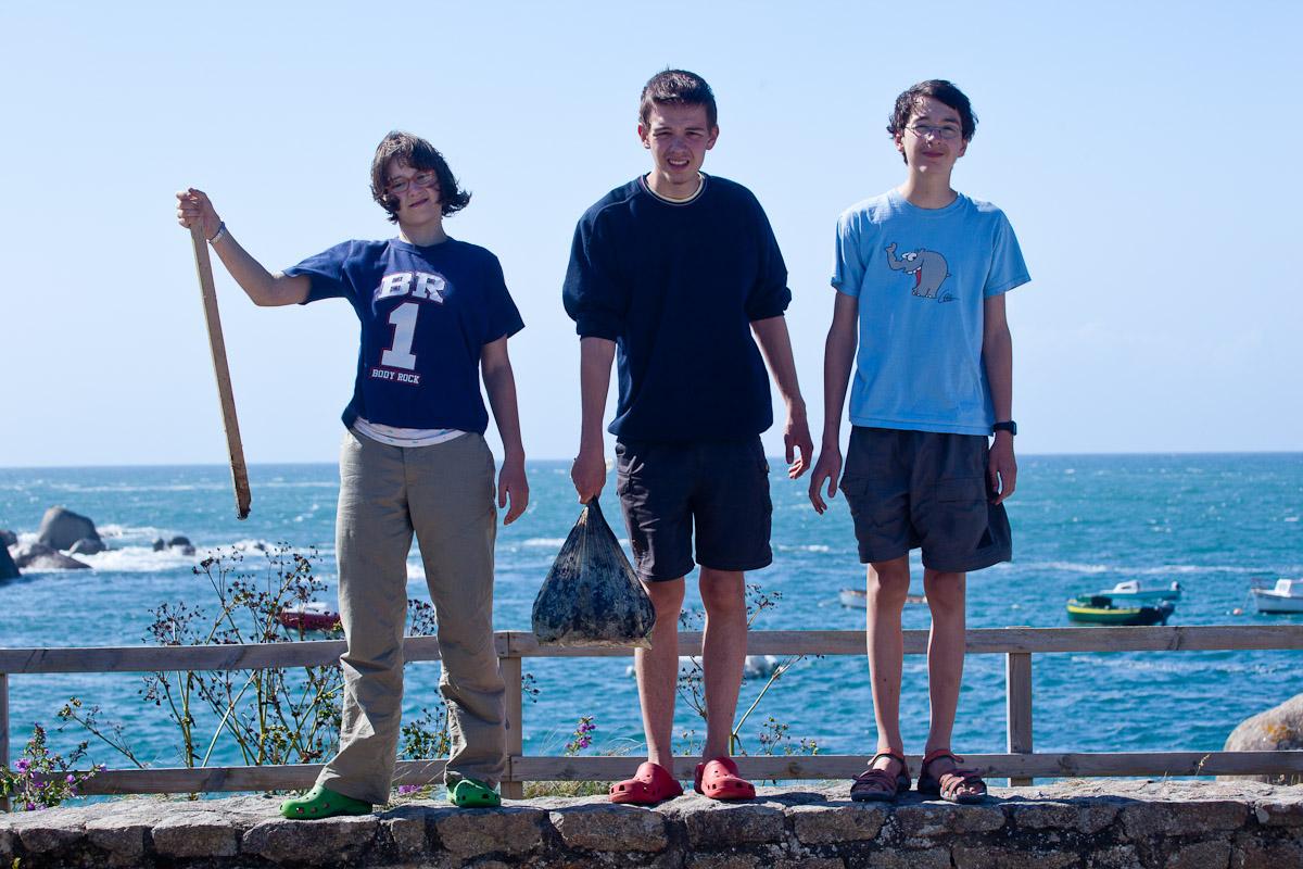 Wir tragen Ölrückstände vom Strand weg....