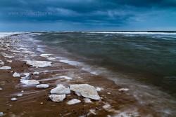 Wellen und Eis am Strand von Argab