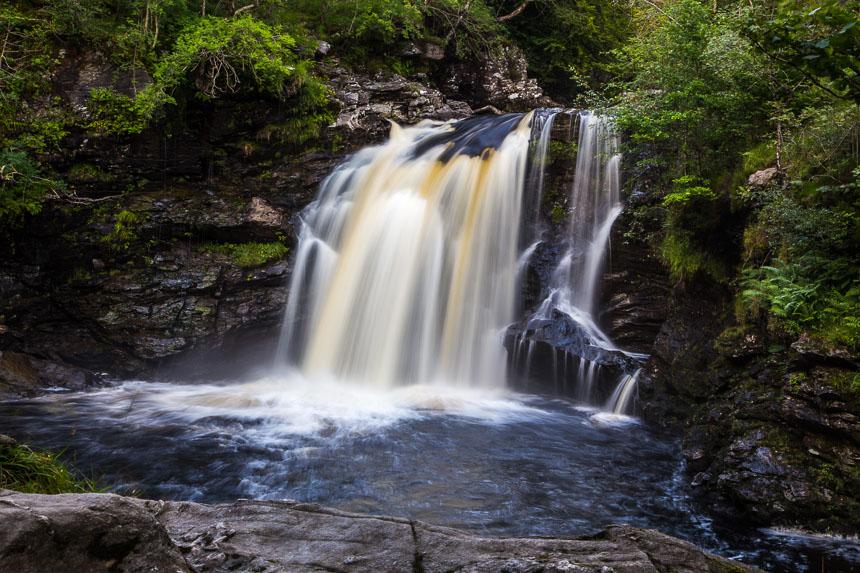 Diese kleine Wasserfall ist in Schottland aufgenommen