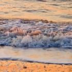 Wellen und nasser Sand