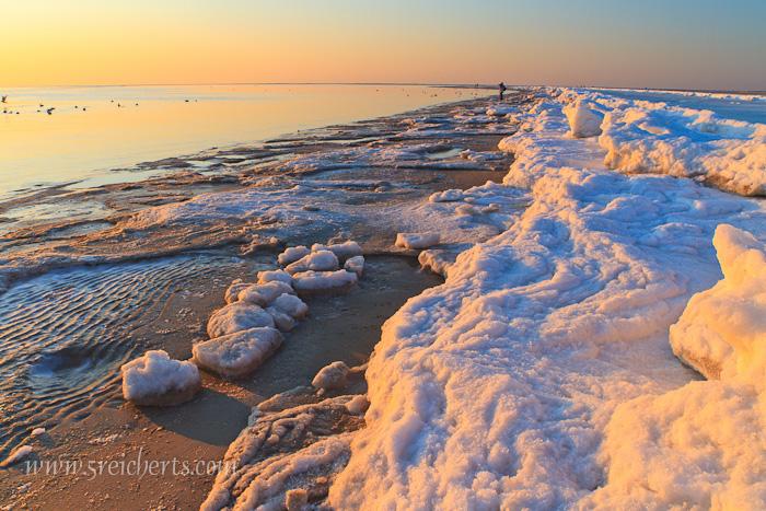 Abendlicht und Eis am Strand