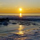 sonnenuntergang am eisigen Strand