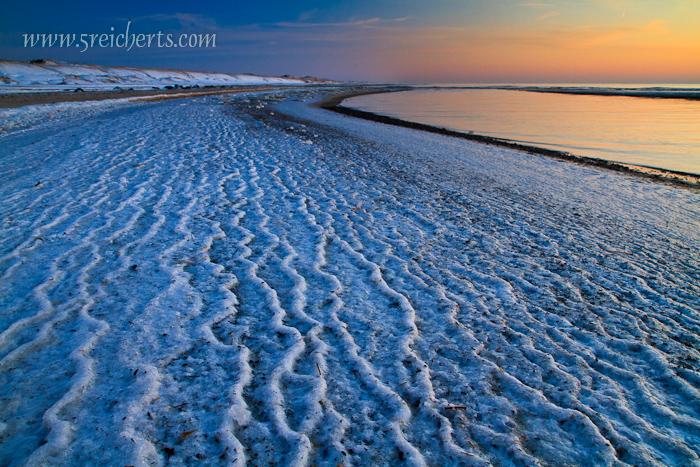 gefrorene Wellen im Abendlicht