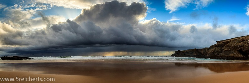 Regen über dem Strand bei Donnant, Belle Ile, Bretagne, Frankreich
