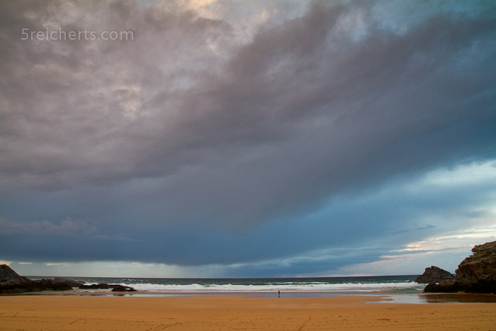 Gabi nimmt es fotografisch mit dem Strand und den Wolken auf:-)