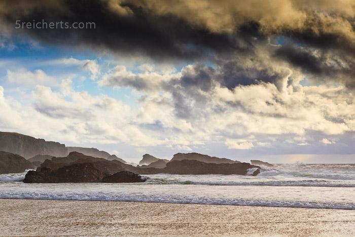 Felsen und Wellen mit Wolken