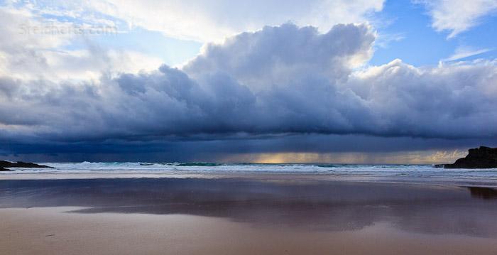 Regenwolken über dem Strand