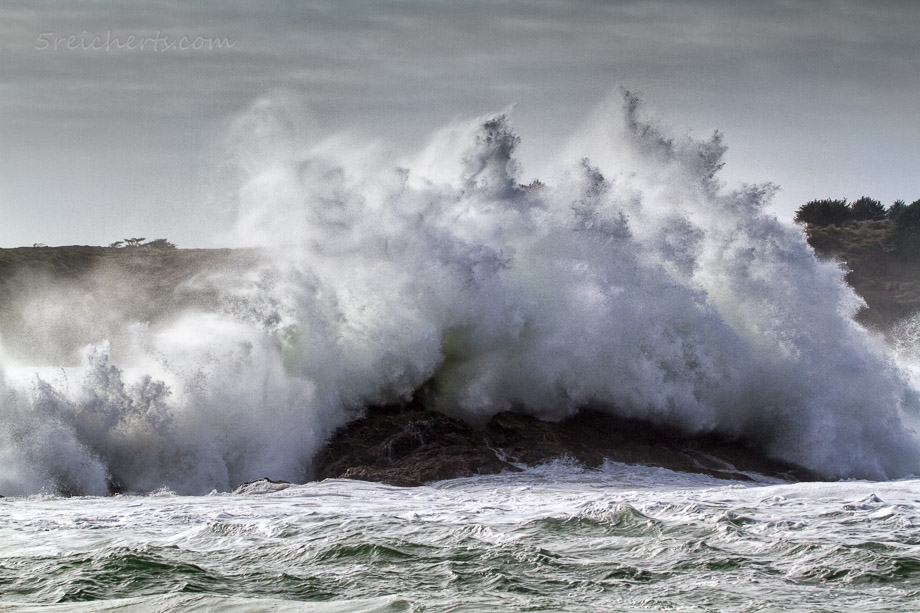 Gewaltige Wellen am Strand von Baluden