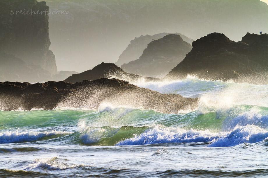 Strand von Donnant, Belle Ile. Diese Bild lebt von zwei Effekten: der verdichtenden Wirkung des langen Teles, und der kurzen Belichtungszeit, welche die Wellen und die fliegende Gischt scharf abbildet.