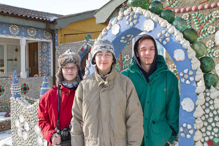 Amy, Noah und Esra vor dem Schneckenhaus