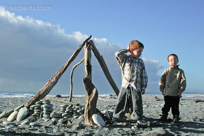Bauen mit Treibgut - Esra und Noah mochten das sehr gern