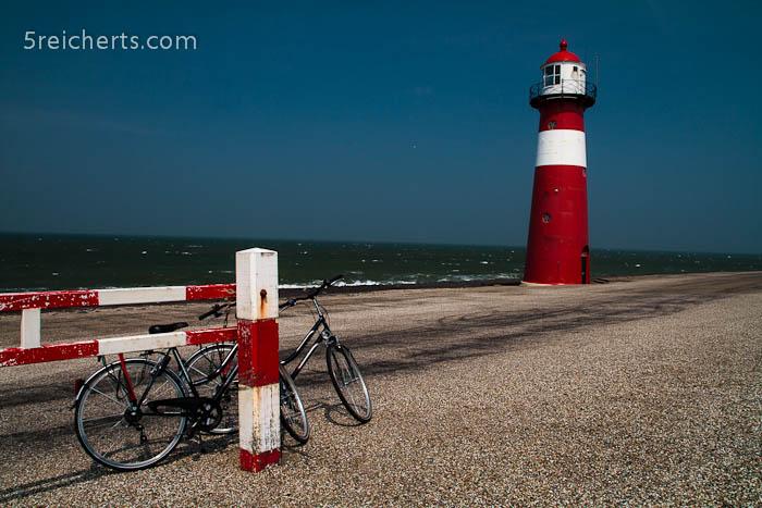 Leuchtturm am betonierten Strand, Westkapelle, Niederlande