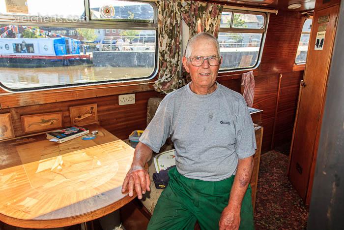 der Rentner in seinem selbstgebauten Narrowboat, Stratford, England