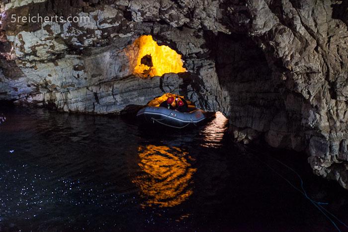 das Boot, welches einen in den hinteren Teil der Höhle bringt - ziemlich eng das Ganze:-)