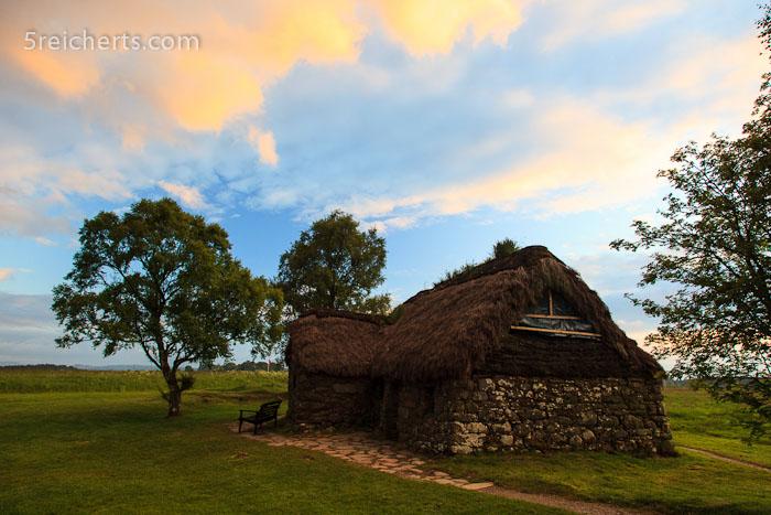 eine Hütte am Rand des Schlachtfeldes