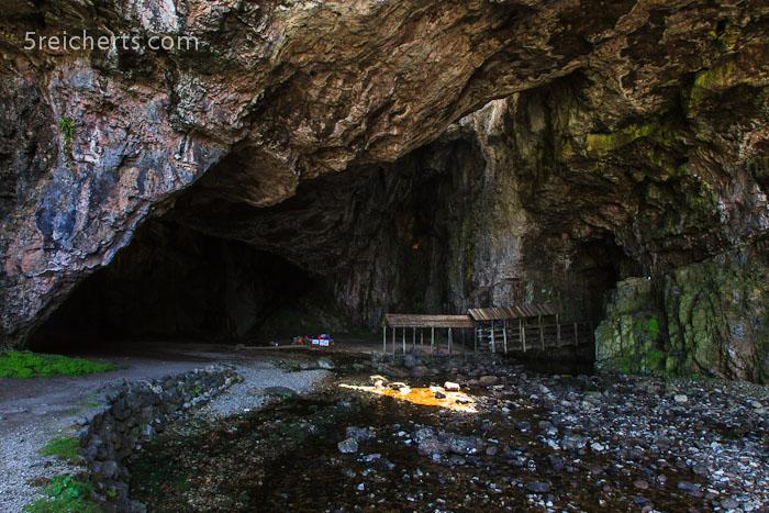 am Eingang zur Höhle