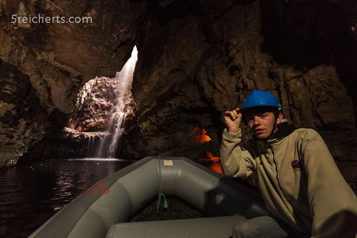 Esra im Boot in der Höhle